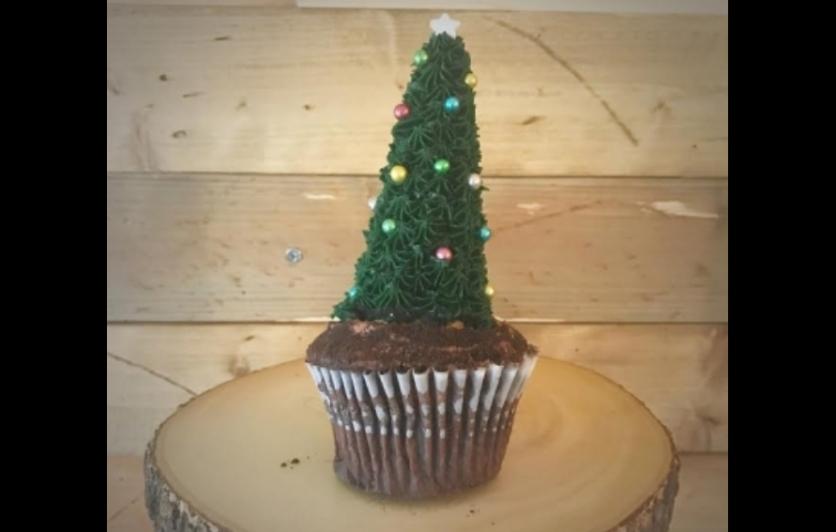 Christmas Tree cake decorating