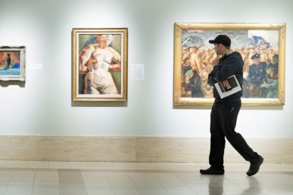 chef waylon rivers wanders the cummer museum looking at art in jacksonville florida
