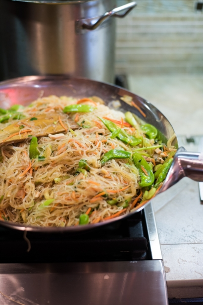 filipino pancit noodles in a wok