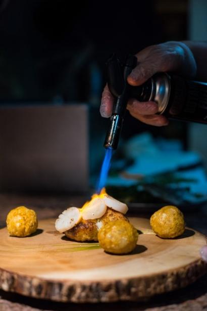 Searing scallops at La Cocina
